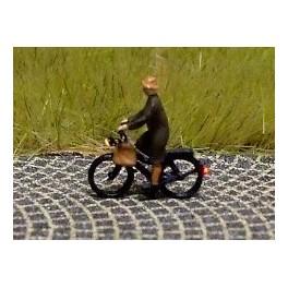 168033 - Cycliste (femme) en manteau avec sac
