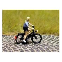 168036 - Cycliste (femme) en T-Shirt et pantalon court